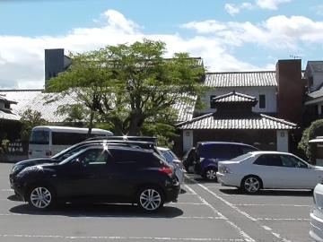広々とした駐車場と外観(宮本の湯)