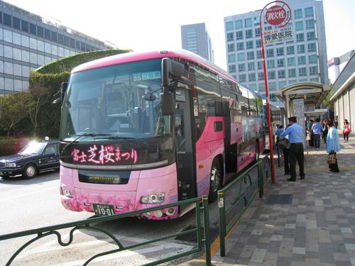 新宿高速バスターミナルに富士芝桜まつりのラッピングバスが登場