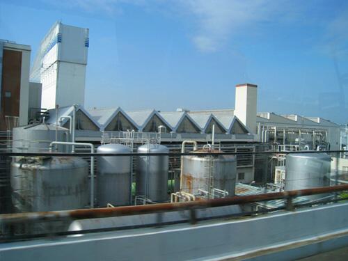 車窓から。これが有名な「左手にビール工場」ですね(古い?)