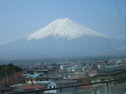 車窓から。春霞をまとった富士山が近づいてきます