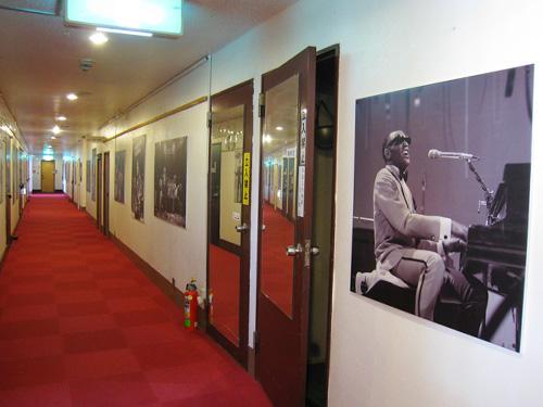 真っ赤なカーペットの廊下にミュージシャンの写真がずらり