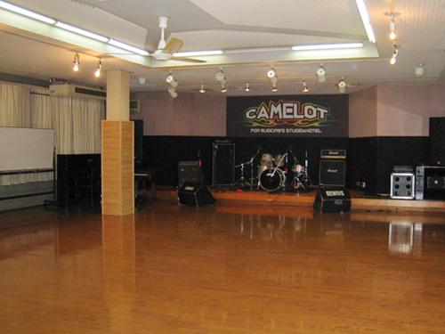合宿最終日は広いホールでライブ&コンパを