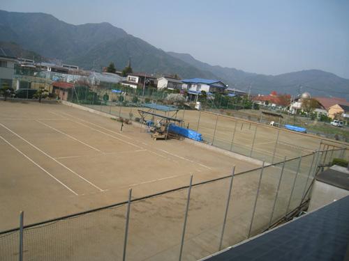 客室から眺める私有テニスコート