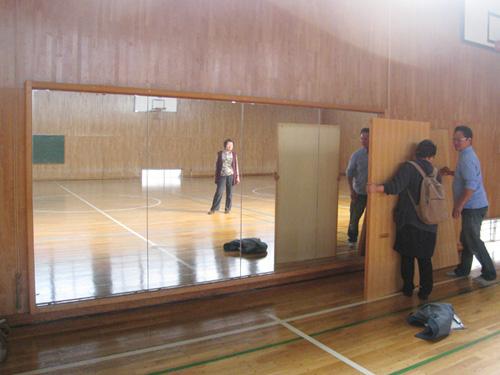 体育館の大きな鏡。保護板は2人での開け閉めがおススメ