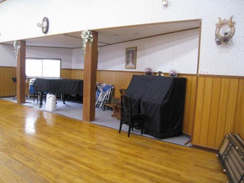 本館の音楽ホールにはピアノが2台